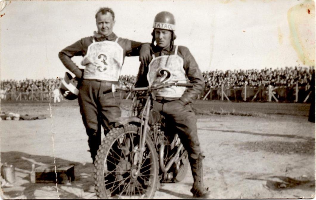 Et par kæmper, der tit dystede på Aarhus banen. Nr. 3 Ejnar Lorentzenn sammen med Morian. Billedet her er dog fra Vejle Dirt- track.
