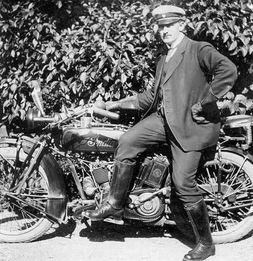 Mejeribestyrer H.P. Friis med sin Indian. Året er 1924. Friis var med til at starte Aarhus Motor Klub.