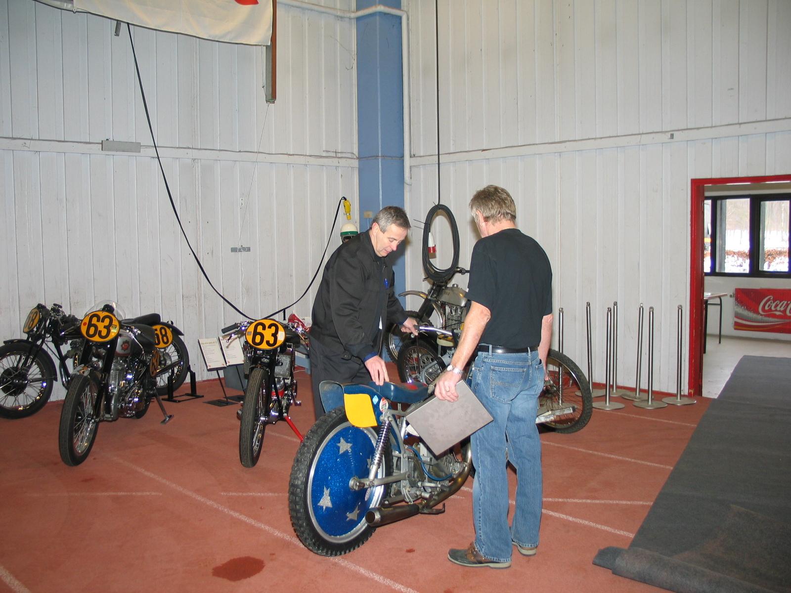 John Williams er primus motor i afdelingen for racere og tager her imod en langbanecykel.