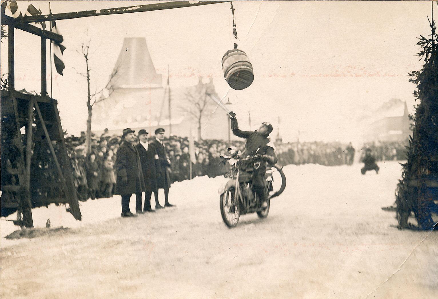 1924.03.02. Tøndeslagning Sven Egdø, Aarhus Motor Klub (1)