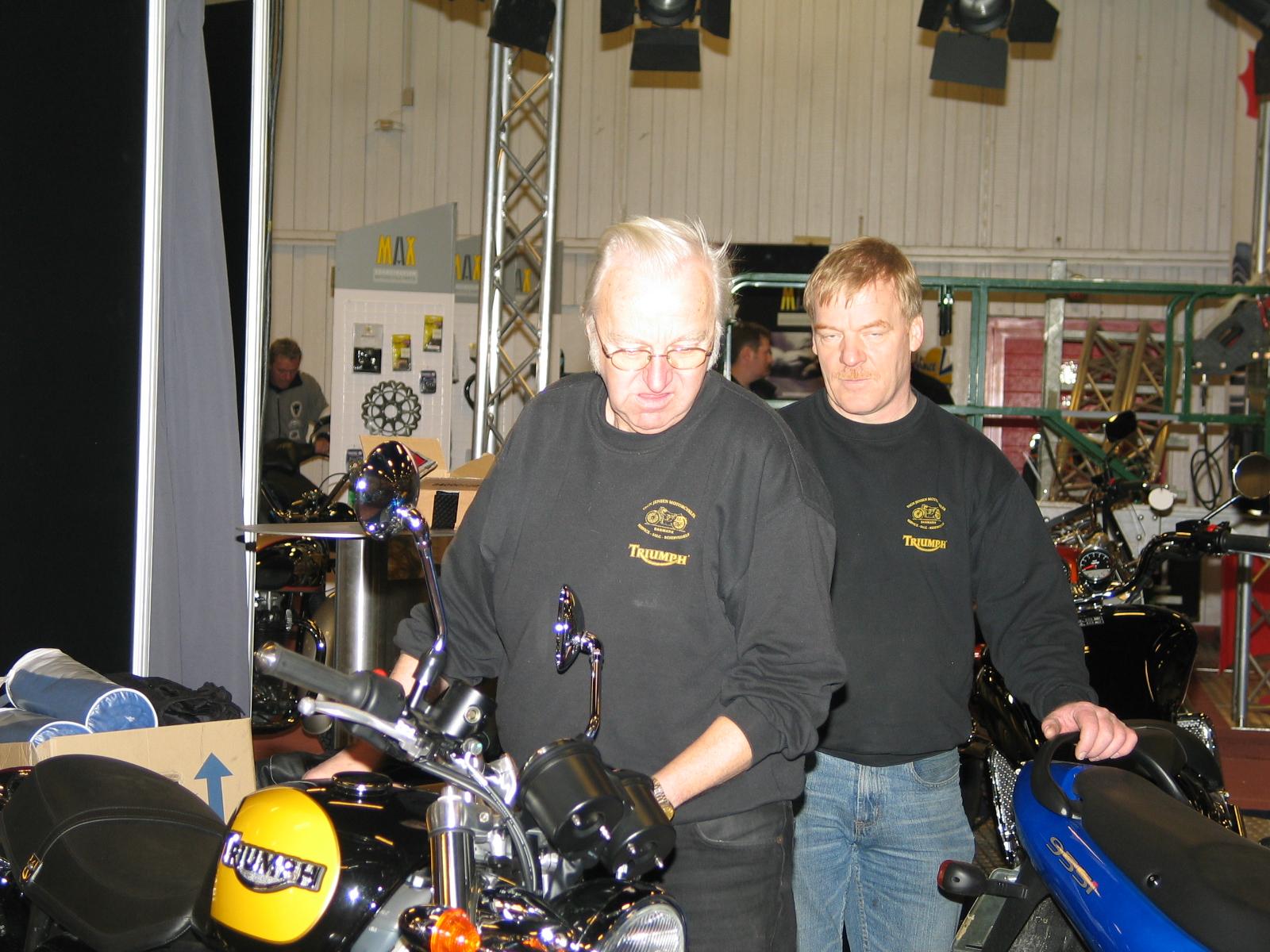 Finn Jensen og Vagn Jensen gør klar på Triumph standen.