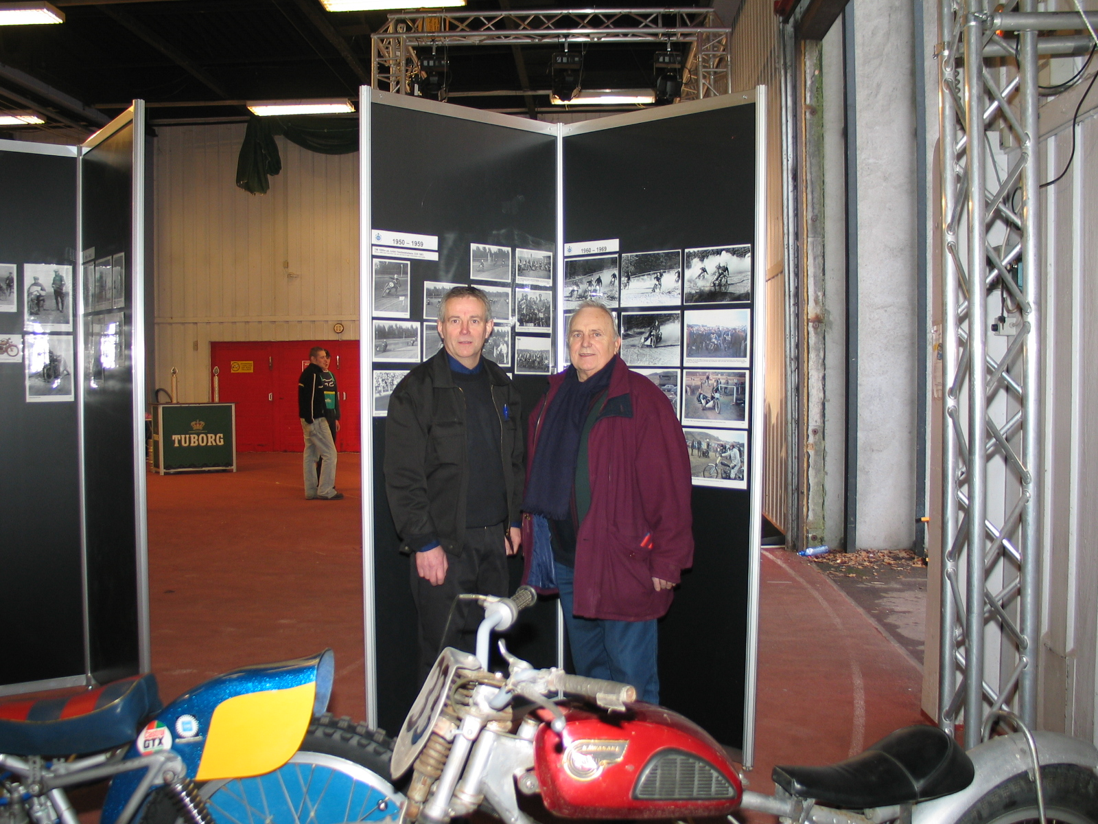 Williams og Finn Pauli Thomsen foran en af fotoplanchevæggene.