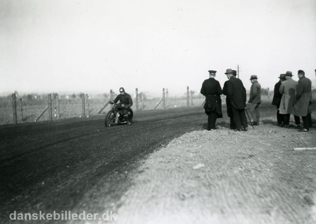 Den kendte Århus kører Valdemar Rosenlund trænede op til løbet, men væltede. Han var i øvrigt meget populær, men væltede tit og fik derfor tilnavnet Vælte-Valde img1.