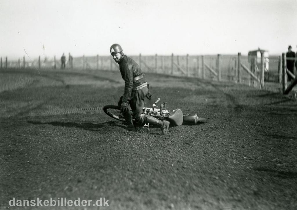 Den kendte Århus kører Valdemar Rosenlund trænede op til løbet, men væltede. Han var i øvrigt meget populær, men væltede tit og fik derfor tilnavnet Vælte-Valde img4.