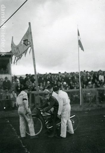 Svend Aage Engstrøm var skadet da Aarhus Dirt Track åbnede, han kom første gang til banen 11. sept., hvor det var forfærdeligt regnvejr. Han kom igen her d. 2. okt. 32.