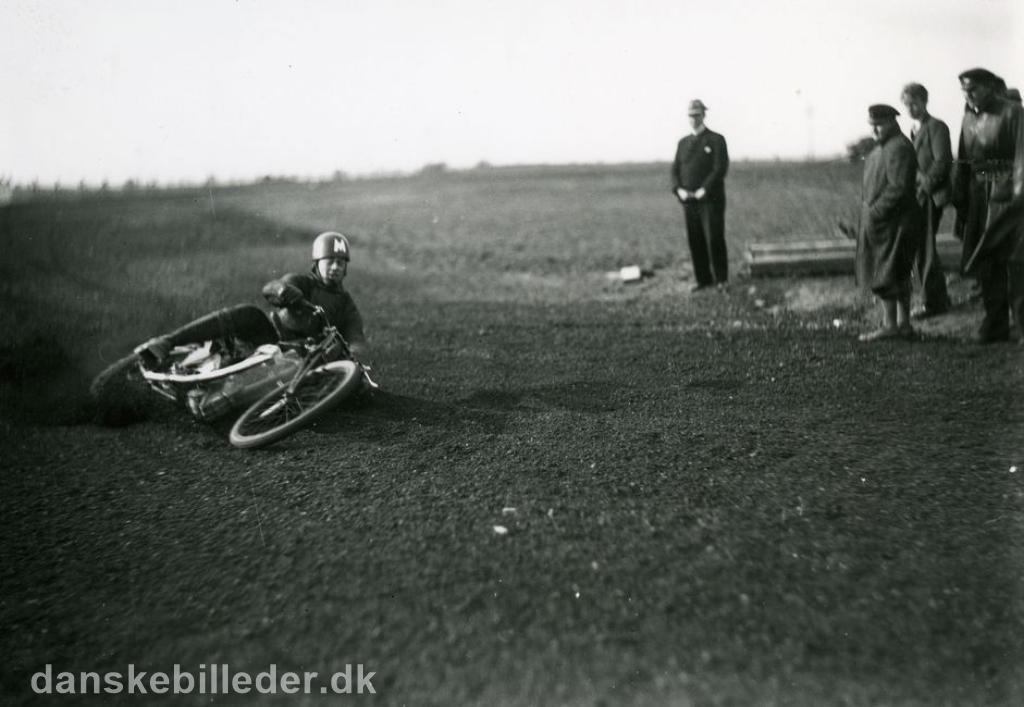 Den kendte Århus kører Valdemar Rosenlund trænede op til løbet, men væltede. Han var i øvrigt meget populær, men væltede tit og fik derfor tilnavnet Vælte-Valde img2.