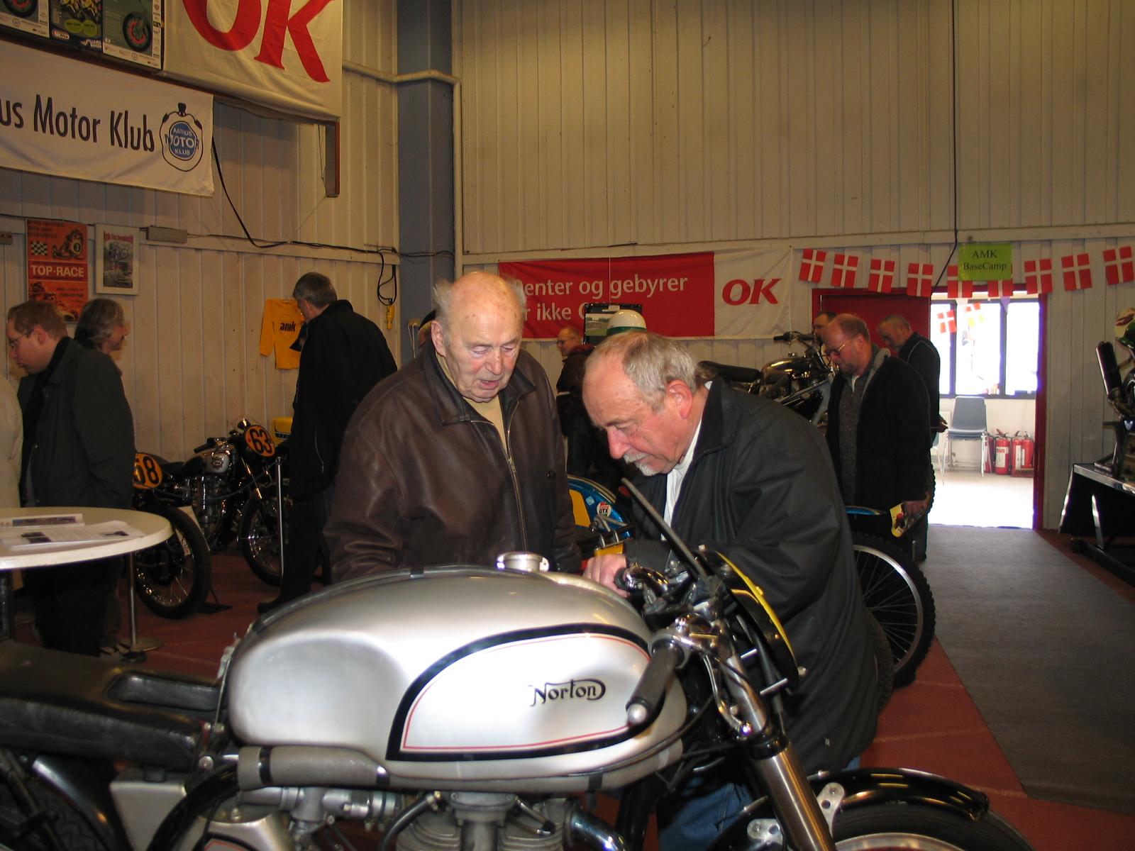 Knud Nielsen og Erik Schou kigger på Manx detaljer. Erik Schou gennemførte 40 veteranløb Skagen-København på samme cykel, hans trofaste AJS.