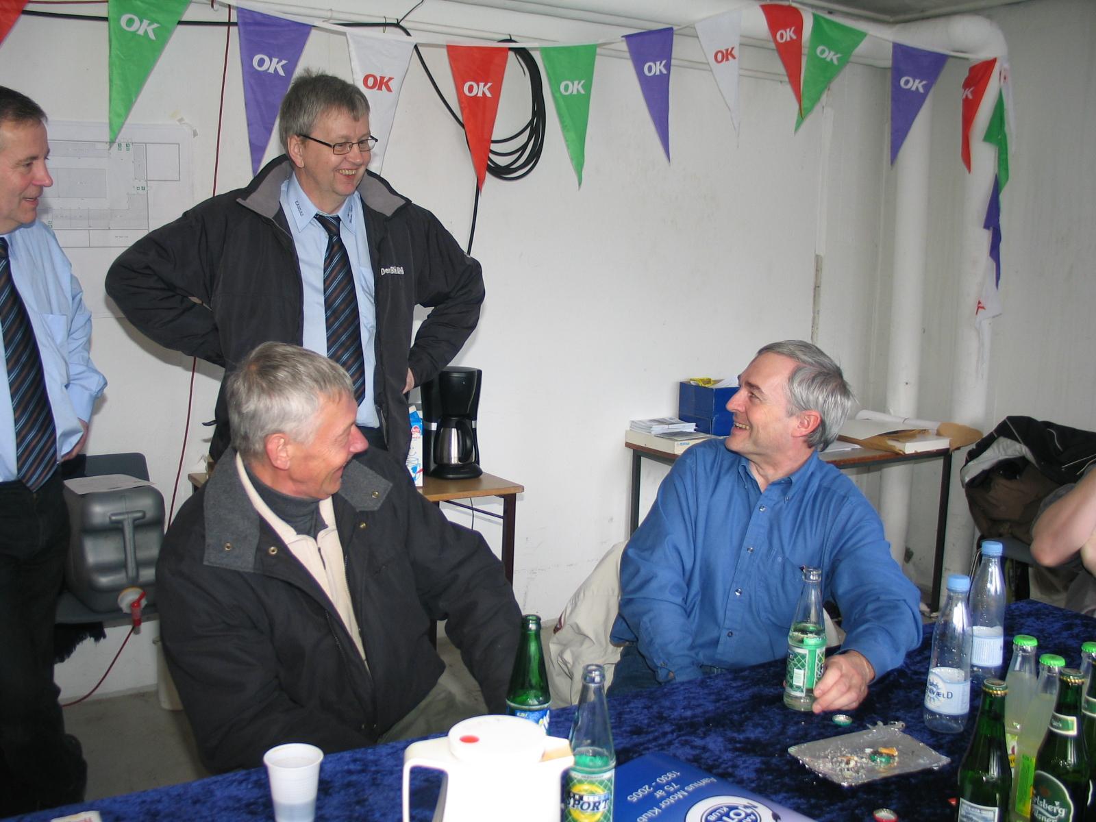 "Knud Møller i baggrunden taler med gamle AMK´ere - Jørgen Petersen ""tømreren"" til venstre og John Jørgensen."