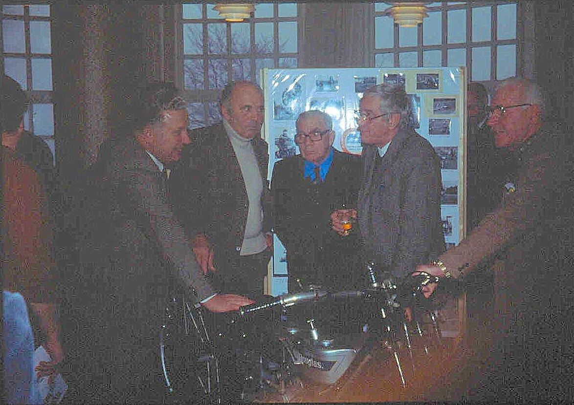 Jens Jørgen tog dette gode motiv, der desværre ikke fik nogen god billedkvalitet. Fra venstre Carl Andersen, Knud Nielsen, Murerras, Henning Pedersen og Carlo Sejer.