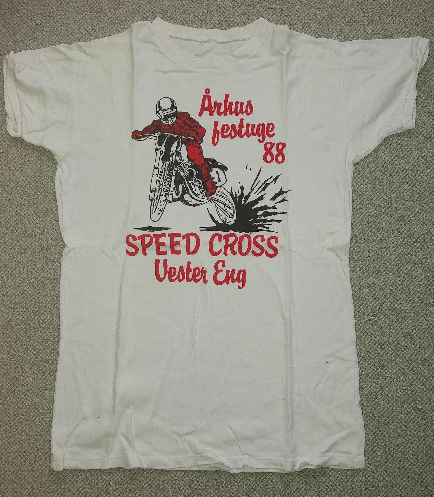 Der blev fremstillet T-shirts med logo