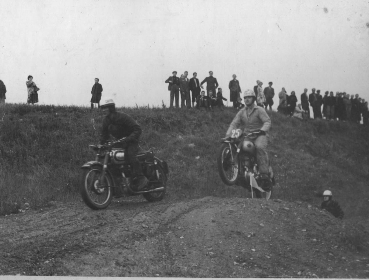 Gunnar Williams foran Knud Nielsen
