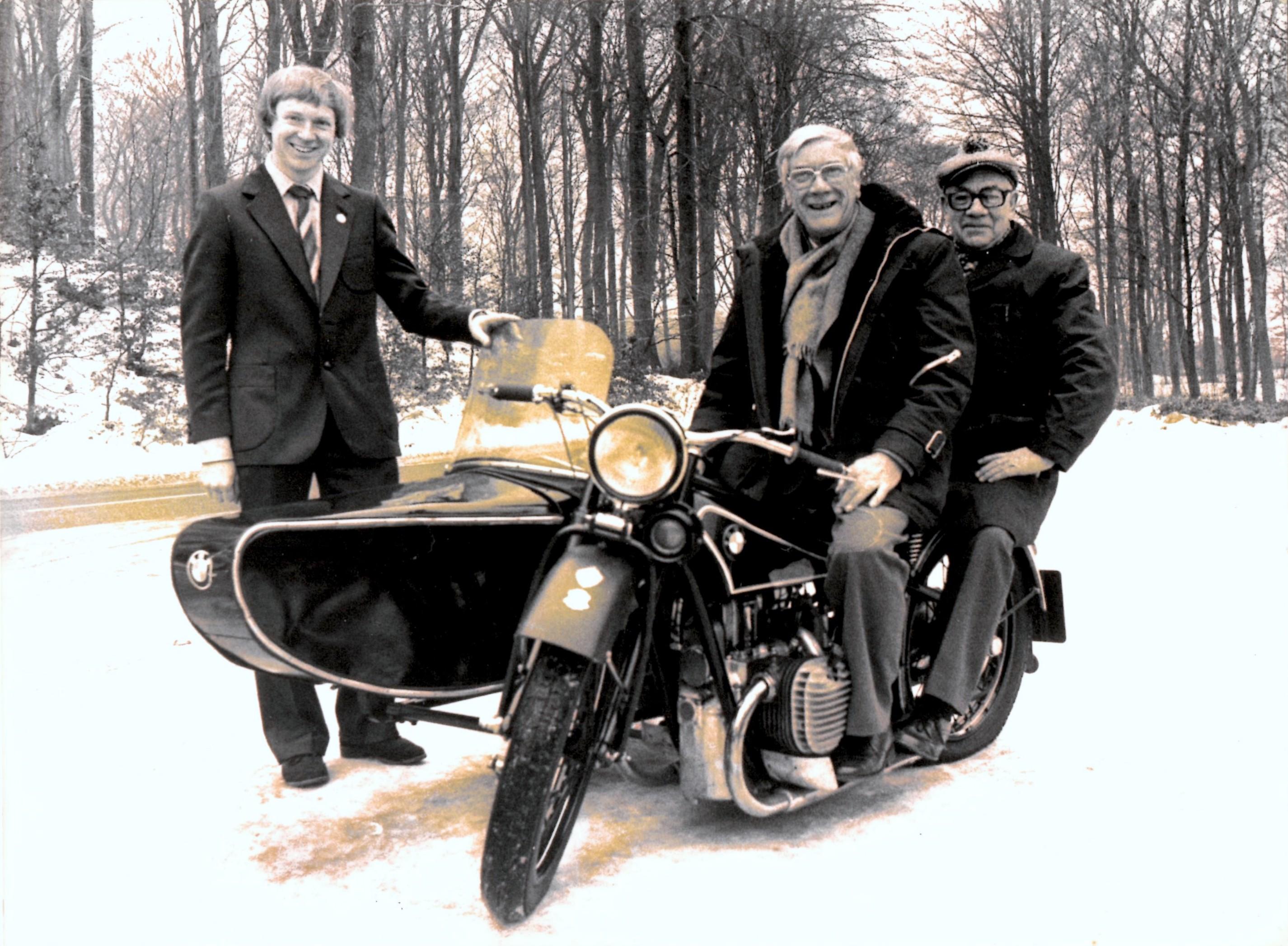 """Til venstre hjemmesidens forfatter Lars Pedersen, der på det tidspunkt var formand for klubben. Min far på sin BMW 750cc fra 1928, som han restaurerede i 1974. Passager er Henry Jørgensen """"Murerras"""" som på det tidspunkt var den der havde været med i klubben i flest år, da han blev meldt ind i 1935."""