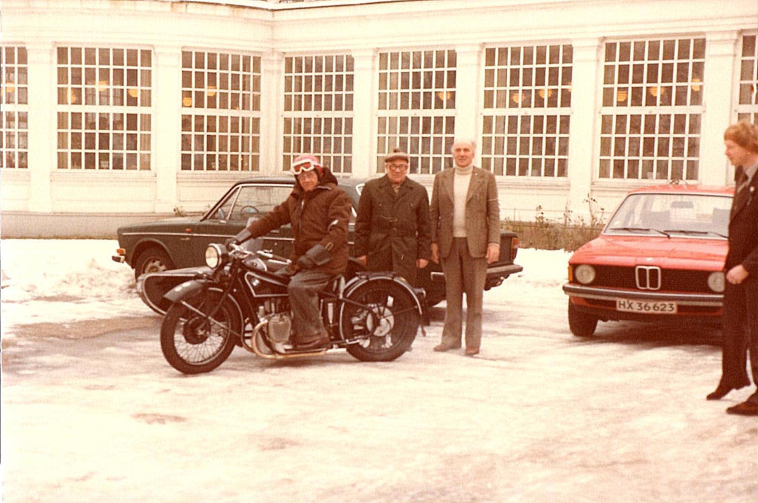 Trods snevejr og kulde valgte Henning Pedersen at ankomme på sin BMW 1928 med Henry Jørgensen (Murerras) i sidevognen. Knud Nielsen til højre havde valgt en BMW med tag over.