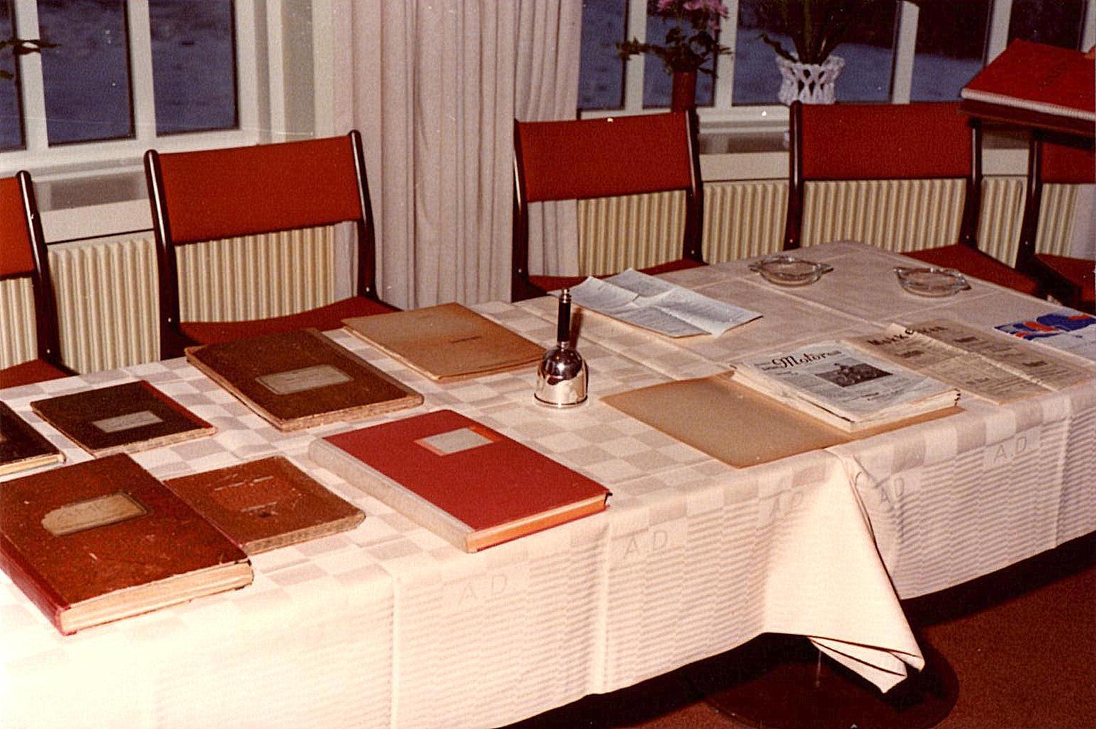 Klubbens forhandlingsbøger, gamle klubblade mm var lagt frem. Midt på bordet ses også dirigentklokken, som blev skænket af Poul Sørensen ved klubbens 25 års Jubilæum.