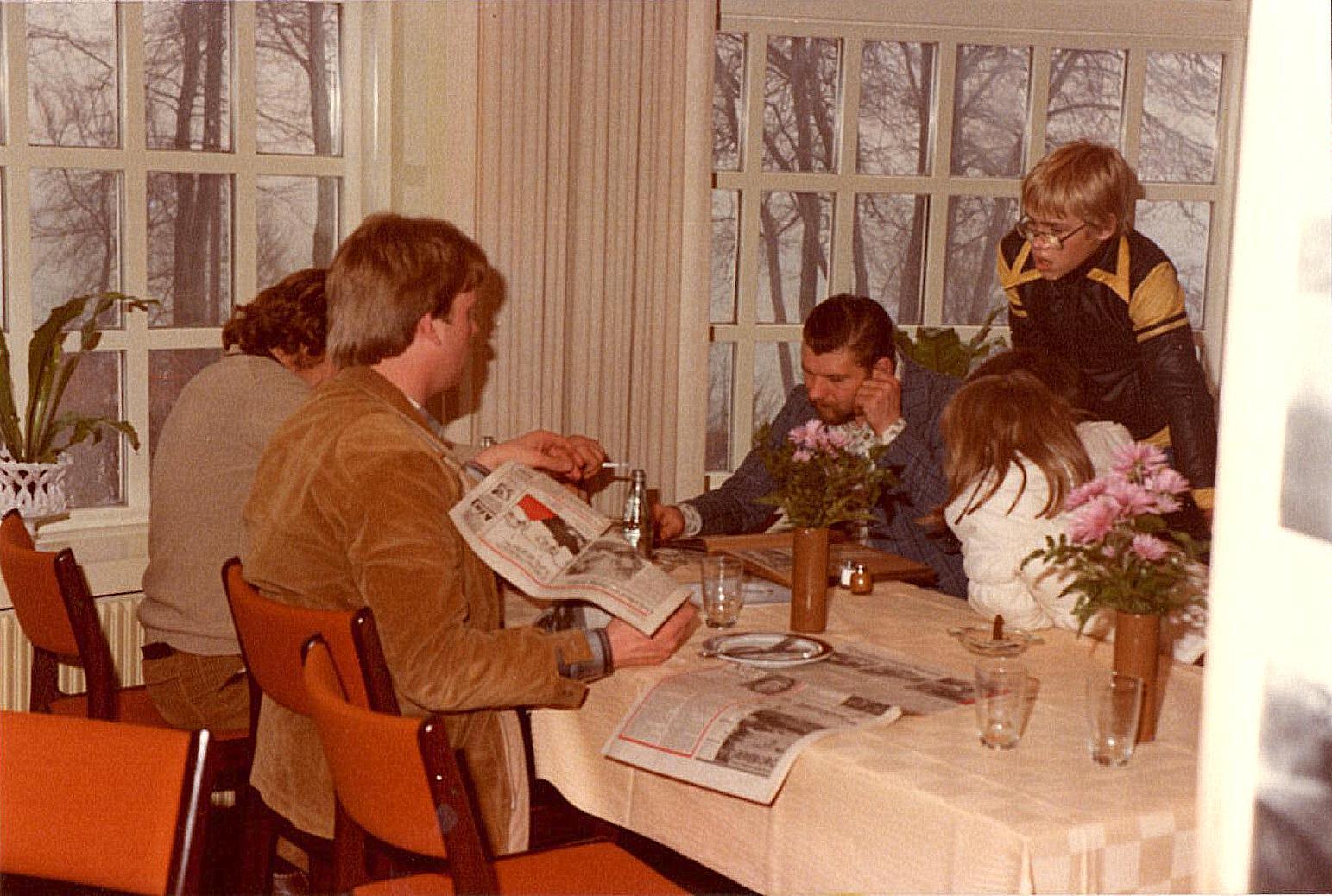 Steen Normann og Jørn Andersen studerer.