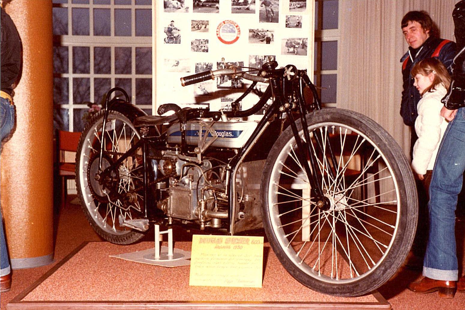 Viggo Thomadsen, Randers udlånte denne fine Douglas i Dirt-track udførelse. Cyklen var netop fra klubbens stiftelsesår 1930. Til højre er det Jens Mikkelsen, der kigger.