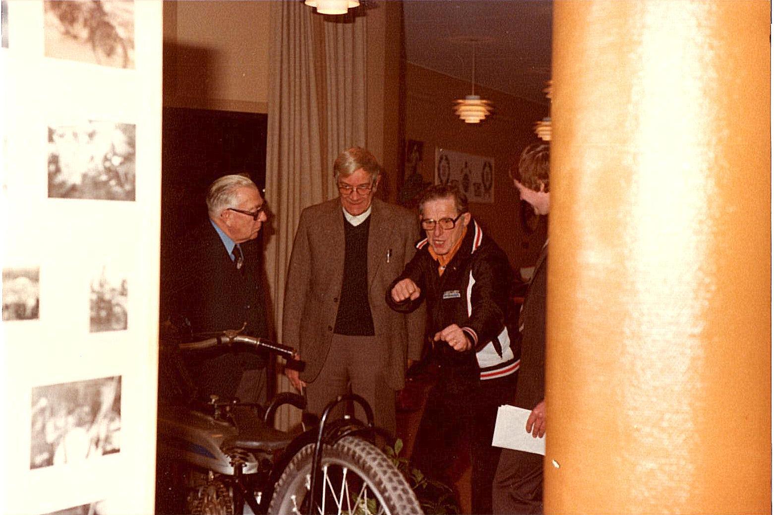 Murerras, Henning Pedersen og Axel Müller, der fortæller, hvordan sådan en Douglas skal køres.