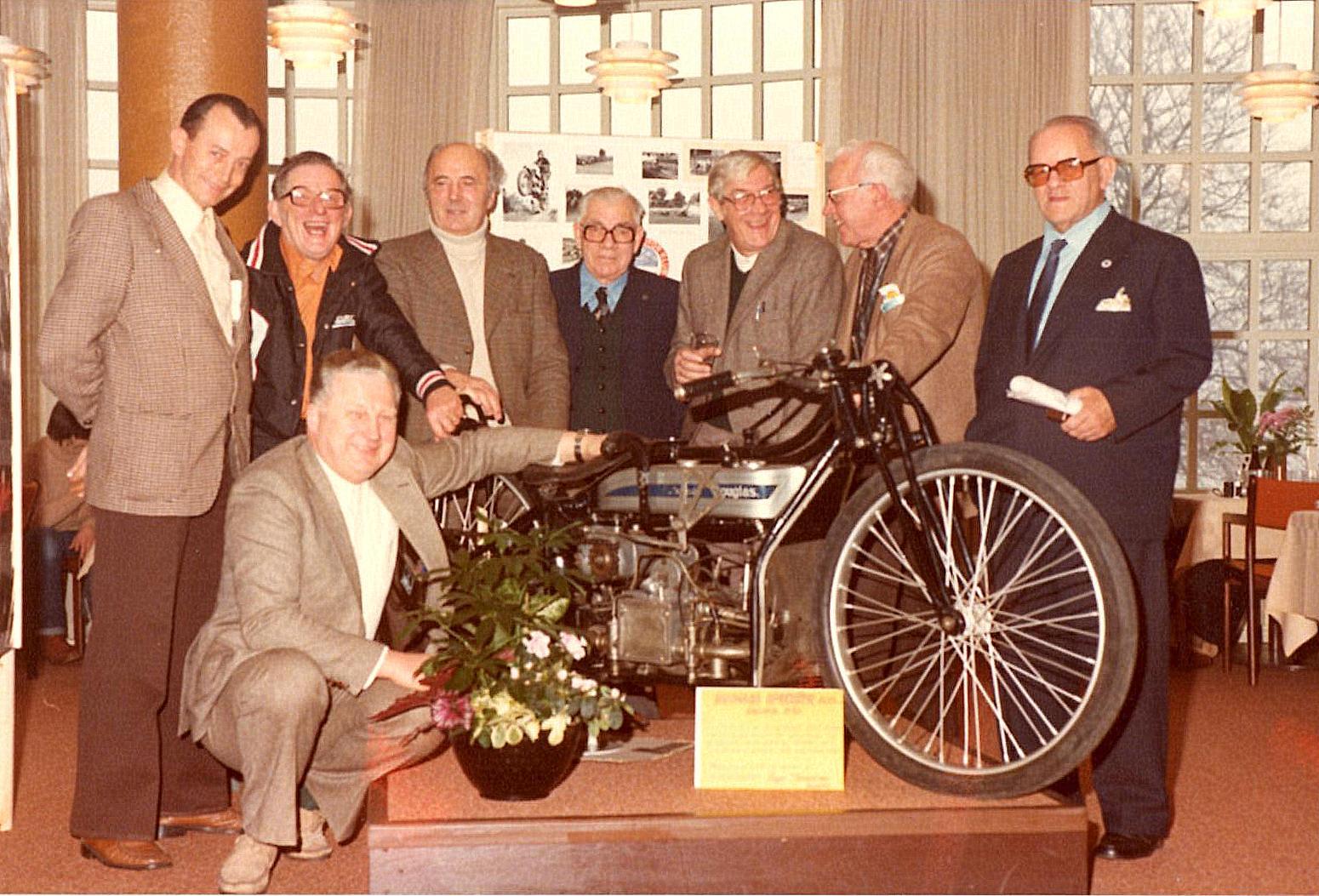 Disse otte havde alle mere end 25 års medlemskab i klubben. Fra venstre Preben Woer, Axel Müller, Knud Nielsen, Murerras, Henning Pedersen, Carlo Sejer og klubbens mangeårige revisor Poul Serena. Foran Carl Andersen.