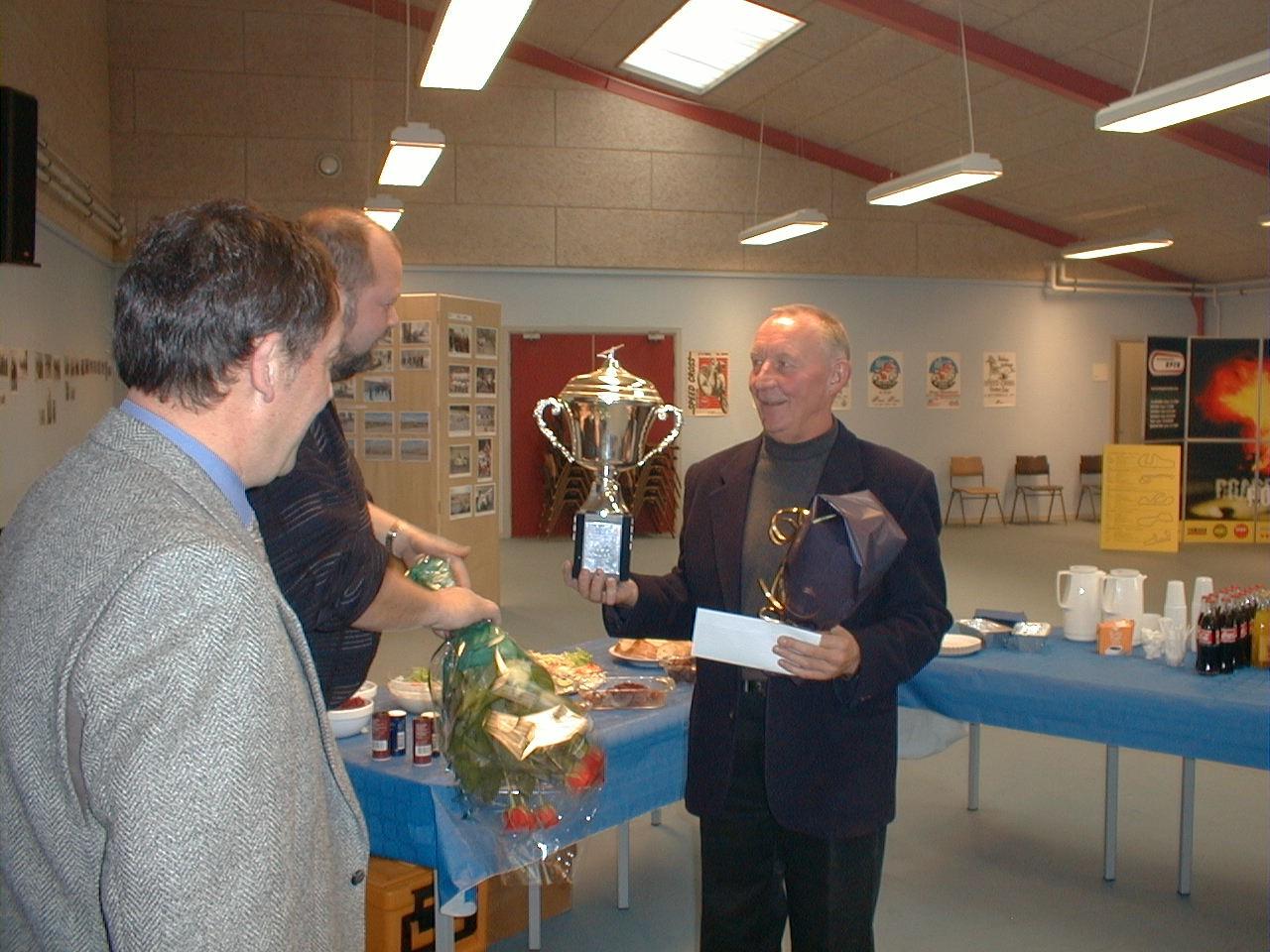 Bent Andersen, Pauli Rasmussen og Jimmy Smed med Jubilæumspokalen.