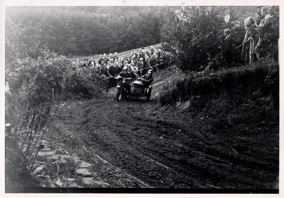Peter Franch i det kendte sving på Femmøllerbakken med sin venstregående sidevogn.