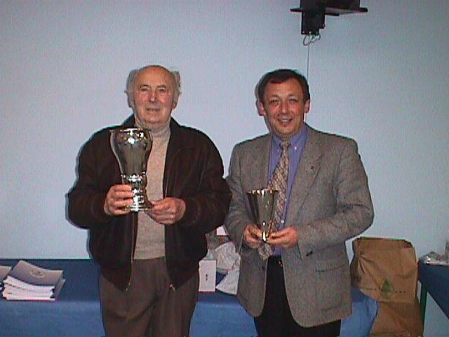 Knud Nielsen og Bent Andersen med de to flotte pokaler Knud Nielsen skænker klubben