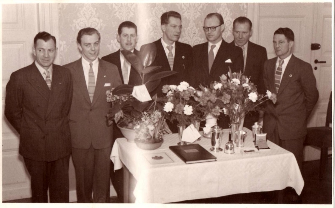 AMK´s Bestyrelse. Fra venstre Henry Jørgensen, Knud Nielsen, Harry B. Andersen, Henning Pedersen, Axel Sørensen, Carlo Sejer, Gunnar Williams