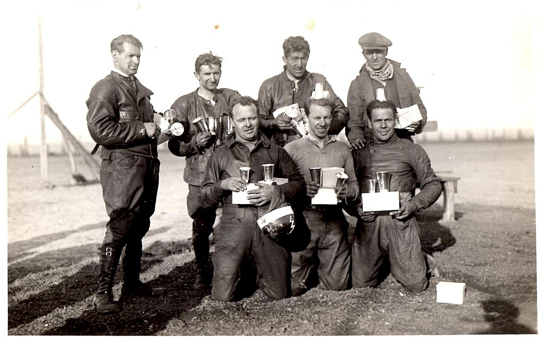 Præmieuddeling. Fra venstre stående Hans Krons, Rumrich, Morian og Ejnar Knudsen. Knælende fra venstre Ejnar Lorentzen, Gunnar Jensen og Ingemann Rasmussen.