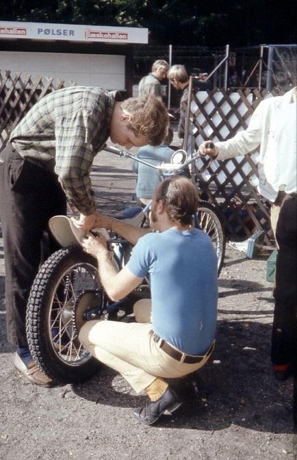 Franz Kroon siddende havde en finger med i spillet vedr. Henning Thomadsen Yamaha i 250cc klassen.