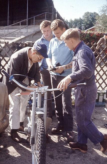 Aksel Müller var Teknisk Kontrol på Århus Stadion 1970 og tjekker her  Kurt Thomsens maskine og licens. Fra venstre Aksel, Kurt og John Skødt.