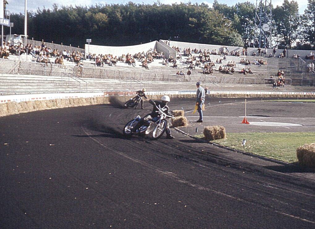 Et view over tilskuerpladserne med Krause i front