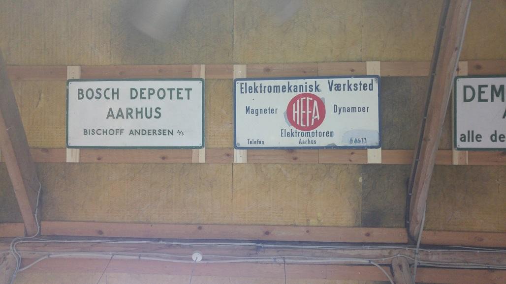 På loftet hænger der også skilte.