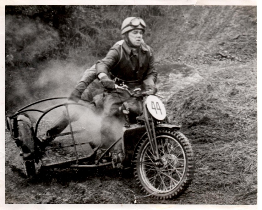 Bakmann Skovsen forcerer vandet på sit specialbygge med DKW bilmotor.