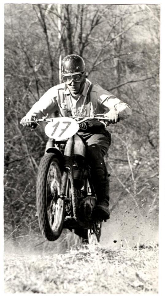 Ejvind Hansen i fin stil på toppen af bakken ind mod kroen.