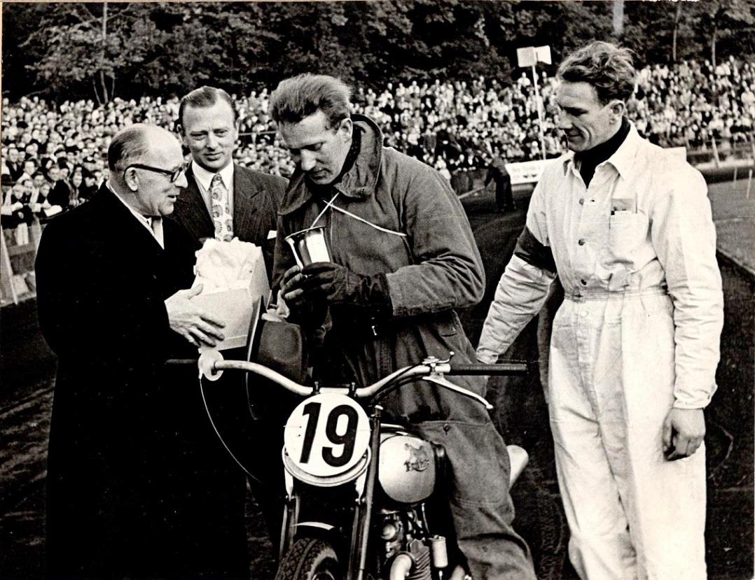 Ernst Østerlund får overrakt Bramec-pokalen af dir. Laursen fra Nielsen, Laursen, Brandt. Poul Sørensen og Henning Pedersen ser til.