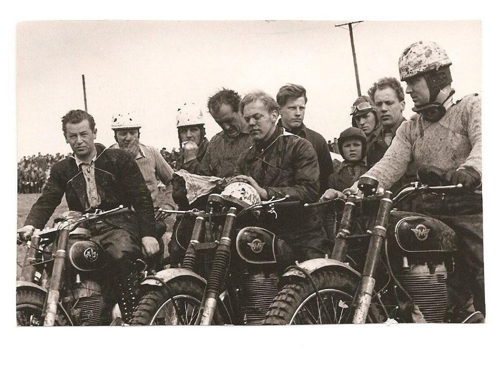 Vinderne i 500cc, fra højre nr. 1 Knud Nielsen, nr. 2 Bent Rasmussen, nr. 3 Gunnar Due. Til venstre for Knud Nielsen Gunnar Thomsen, mangeårig værkfører på Motordepotet,til højre for BentR en 20 årig Carl Andersen,til venstre for BentR Knud Skovgård og Henning Krogh