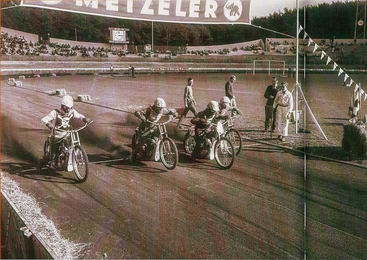 Århus Stadion 1970. For Piraterne Flemming Larsen tv og Jens Bæk. Preben Woer var stævneleder sammen med Ole Møller og ses bag Aksel Müller i hvid kedeldragt.
