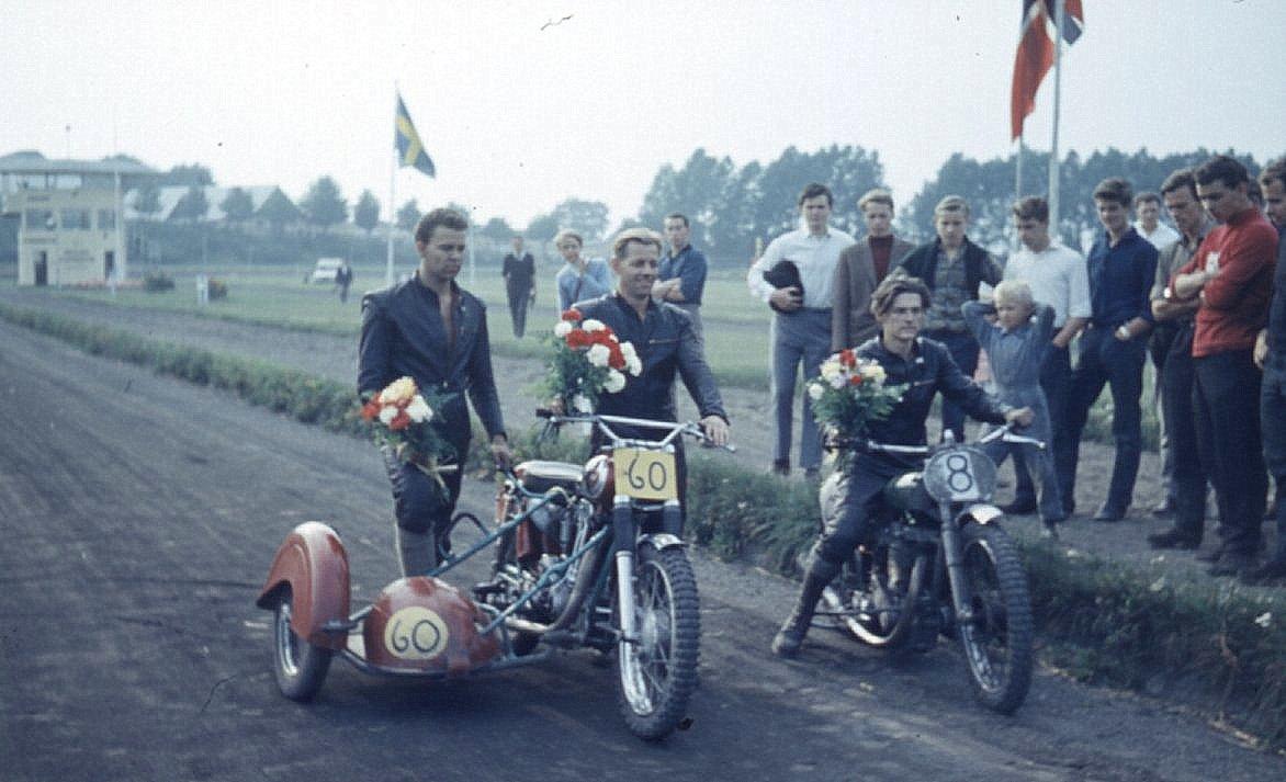 To af dagens sejrherrer. Kurt og Leif Larsen vandt sidevogne og Mogens Dam junior 500cc