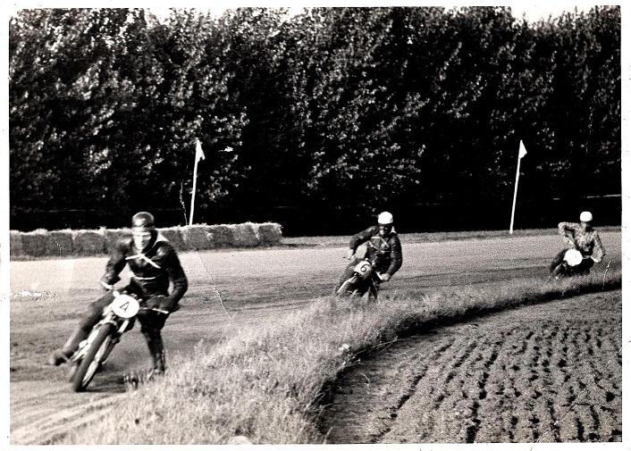 Nr. 4 Kjeld Jensen, Ålborg fører 175cc klassen foran Henrik Bækgård, men Bækgård bliver Danmarksmester med hurtigste tid i et af de to heat.