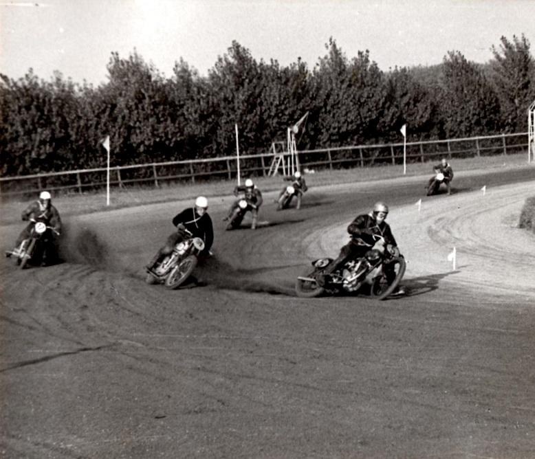 500cc sport. Nr.5 Niels Blumensådt foran 34.Knud Nielsen.Nr. 17 Axel Jensen