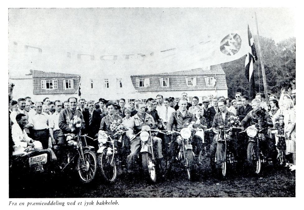 Vinderne fra 1938. Fra højre genkendes Erling Pedersen og Carl Hansen, Aarhus, Carl Jensen, Aalborg og Aage Bach, Havndal. Sidevognskøreren til venstre er Aage Wagner, København.