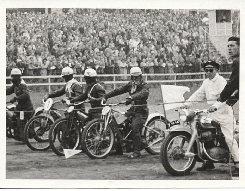 """Henry Jørgensen """"Murer Ras"""" var startmaster på en NSU Max. Nr. 3 er Erik Wincentz og nr. 18 Lindegaard Petersen"""