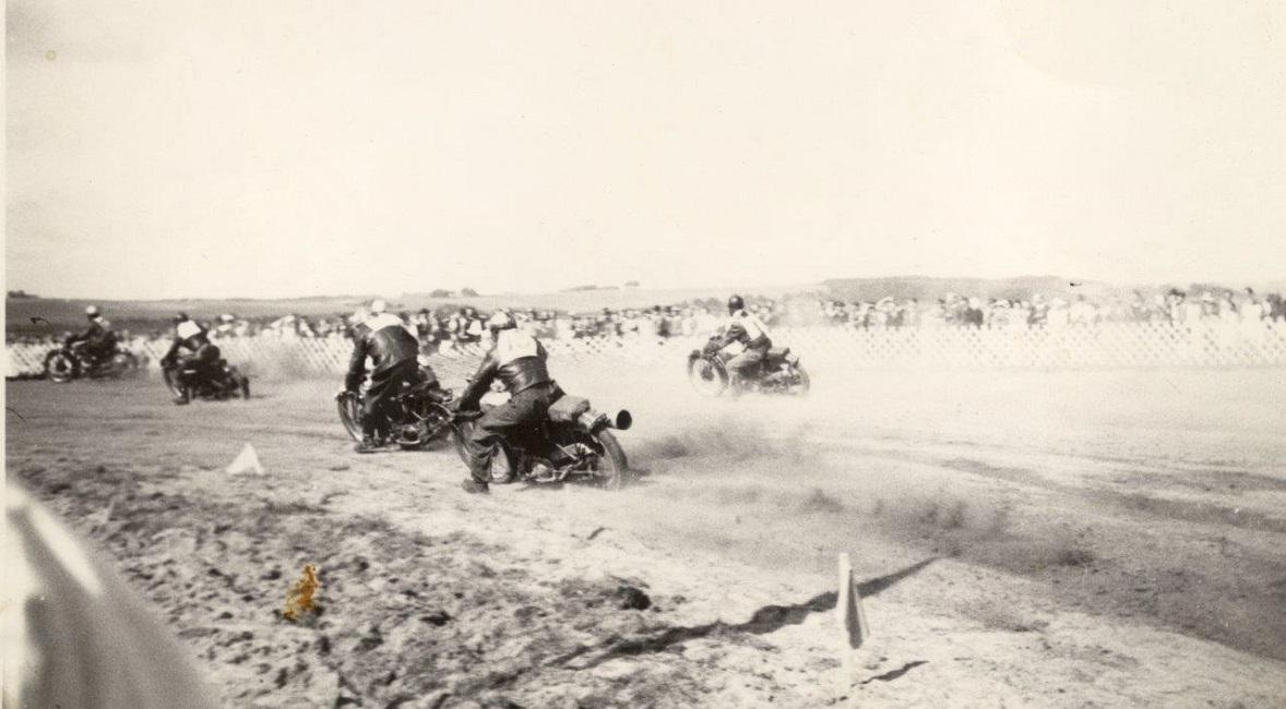 Et herligt billede af de efterkrigsmaskiner, der var blevet klargjort til race