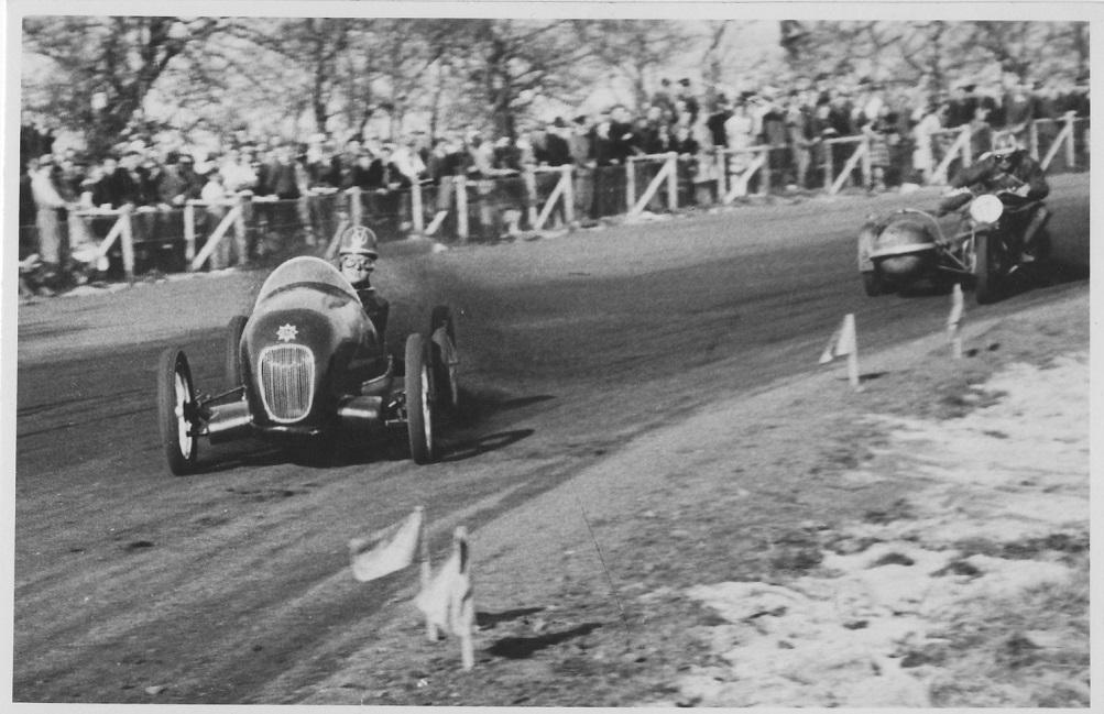 Midget mod sidevogn- Robert Nellemann holder Knud Mogensen bagved.