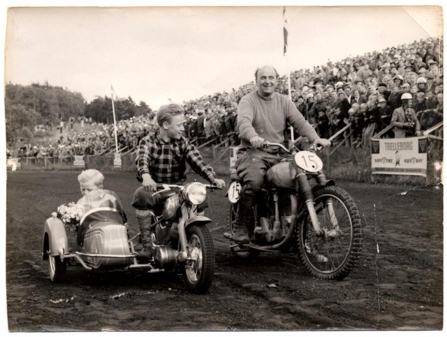 Knud Nielsen nr. 15. Til venstre en flot minicykel, der blev bygget på Knud Nielsens værksted. Motor en NSU Fox. På cyklen John Steffensen, i sidevognen Harry Pedersens søn Kurt.
