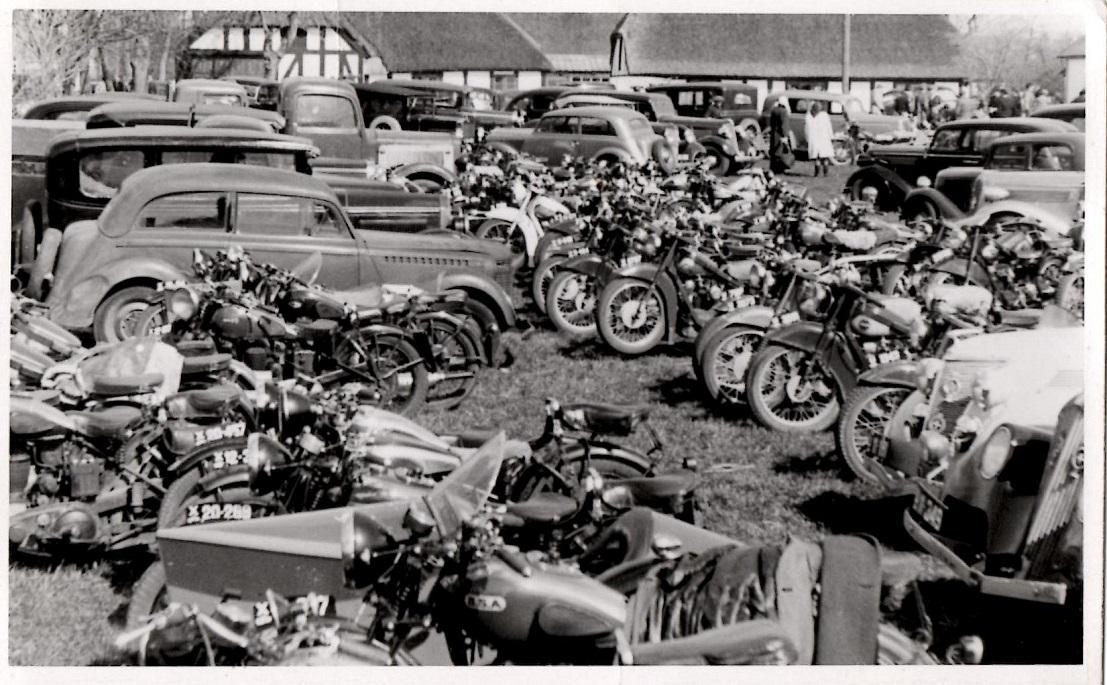 Hvidsten 1946 Parkeringstrængsel foran kroen.