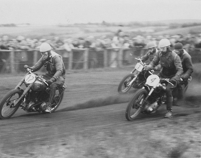 Men Bisgaards Velocette strejkede, så han lånte Niels Blumensaadts Ariel her med nr. 17 foran nr. 4 Kjeld jensen, Aalborg og nr. 1 Harry H. Andersen (Tom Pus)
