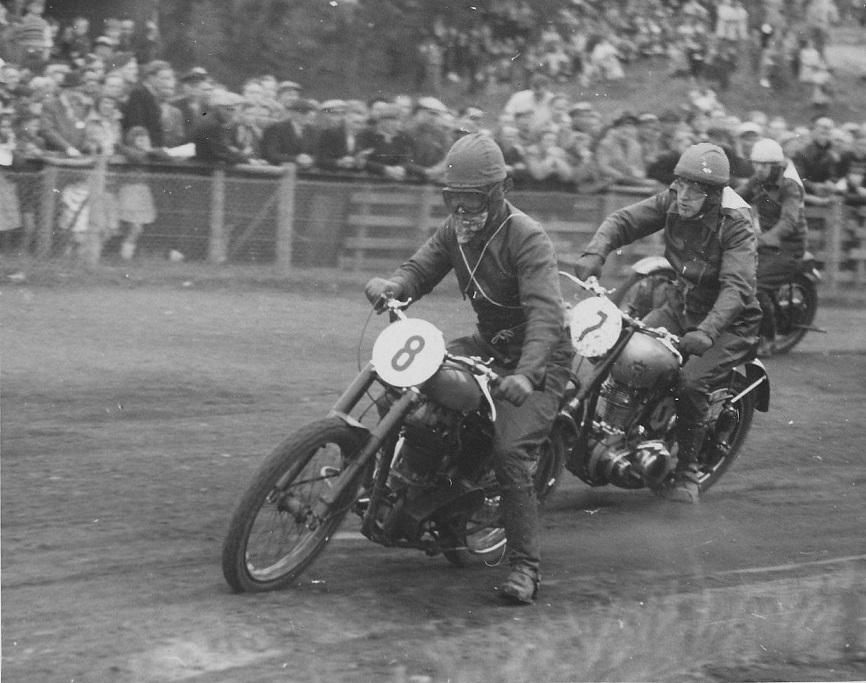 Ib Nielsen, Skive nr. 8 foran Børge Pedersen nr. 7. 350cc klassen.