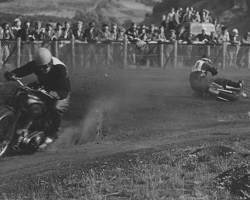 Knud Nielsen i front froan en styrtet konkurrent.