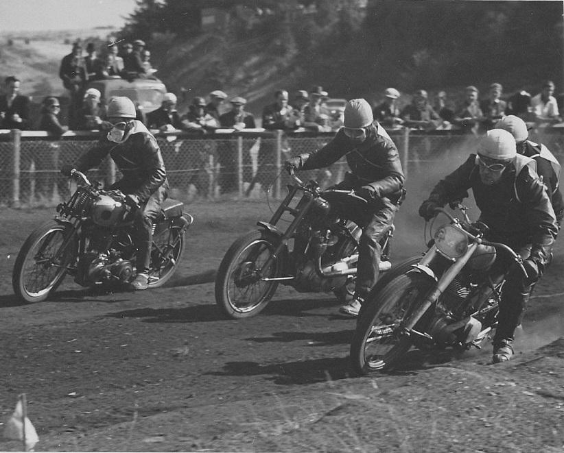 Hård kamp i 500cc klassen mellem fra venstre Blumensaadt, Henry Vorre og Børge Pedersen. Knud Nielsen delvist skjult.