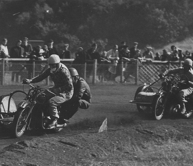 Et par af Krestens konkurrenter begge på Triumph. Har ikke kunnet identificeres.